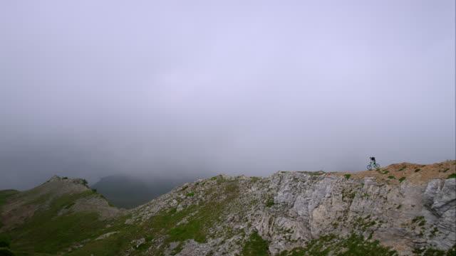 mountainbiker durch alpine gelände zu fahren - mountainbiking stock-videos und b-roll-filmmaterial