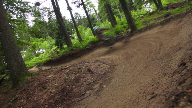 vídeos de stock, filmes e b-roll de la mountainbikers riding downhill - floresta da bavária