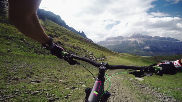 vídeos de stock, filmes e b-roll de pov mountainbiking action: enduro riding on the alps - mountain bike bicicleta