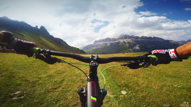 vídeos de stock, filmes e b-roll de pov mountainbiking action: enduro riding on the alps - trilho para bicicleta esporte ao ar livre
