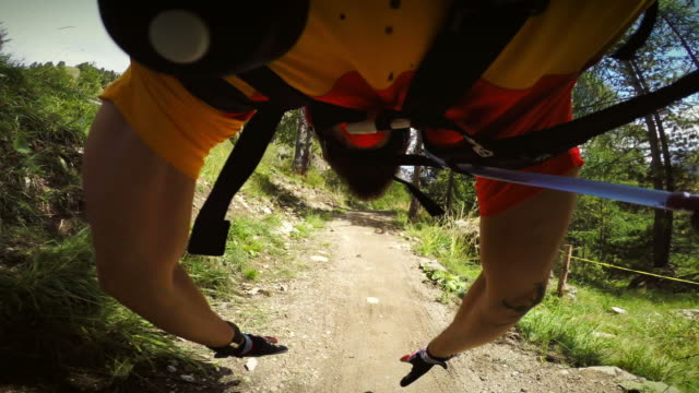 pov mountainbiking pericoloso incidente - andare in mountain bike video stock e b–roll