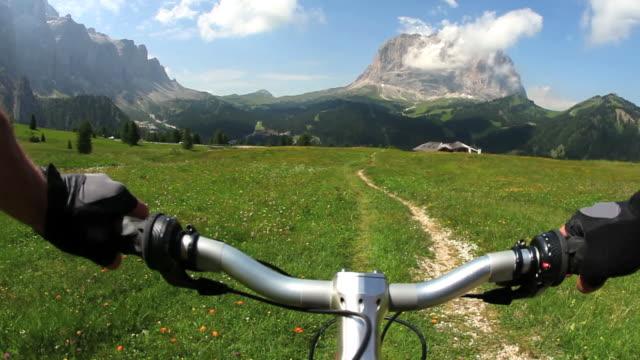 pov mountainbiking high mountain trail - dolomiti video stock e b–roll