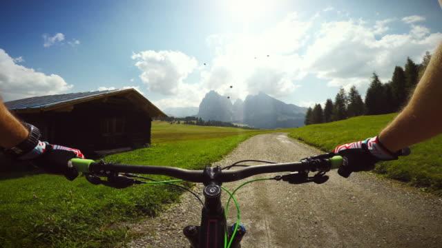 vídeos de stock e filmes b-roll de mountainbiking nas montanhas dolomitas - câmara vestível