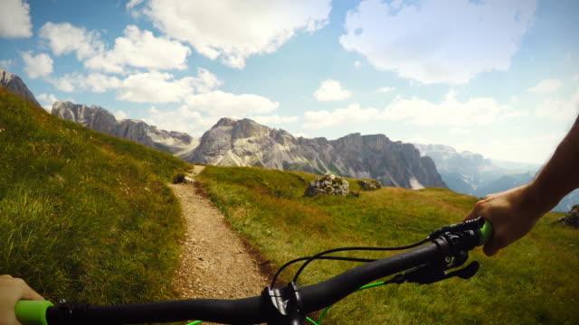 mountainbiking sulle dolomiti - langkofel sassolungo video stock e b–roll