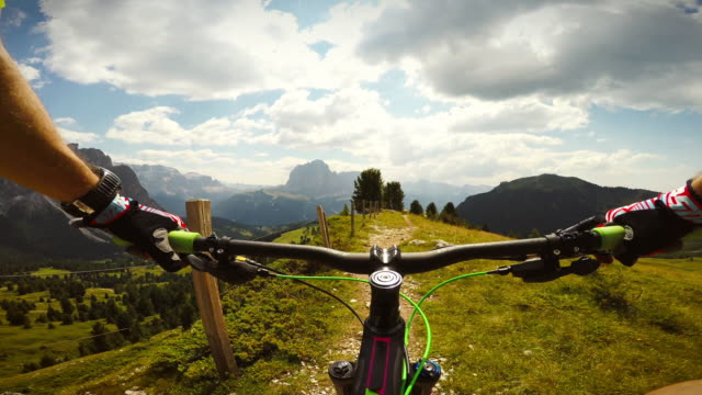 mountainbiking sulle dolomiti - strada in terra battuta video stock e b–roll