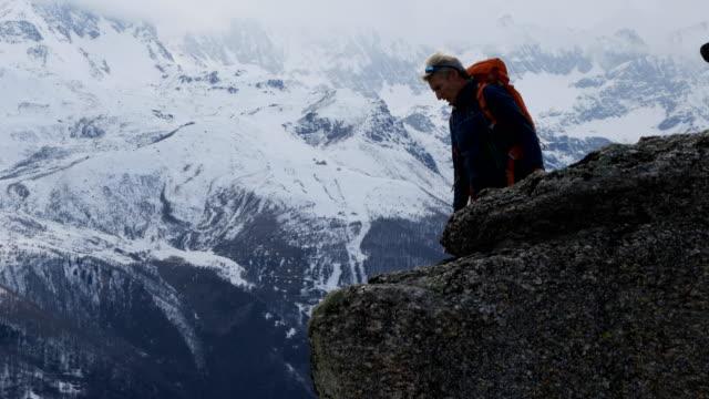 岩棚から登山 abseils (回) - アウトドア点の映像素材/bロール