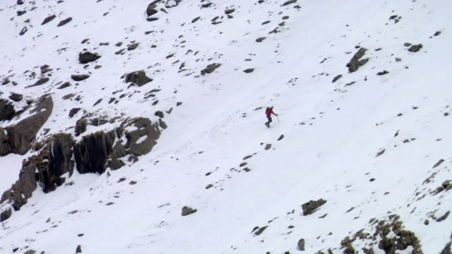 ws zo mountaineer climbing snow slope / llanberis, snowdonia, uk - snowdonia video stock e b–roll