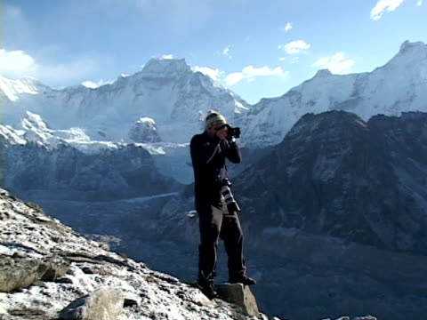 ws, zi, ms, mountaineer photographing mountains, katmandu, khumbu- himalaya, nepal - one mid adult man only stock videos & royalty-free footage