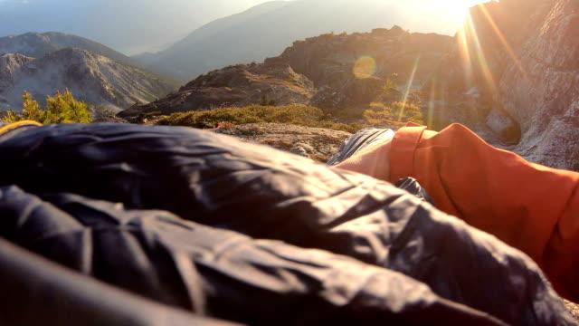 登山家は山頂にビボアックキャンプ場を設定します - 寝袋点の映像素材/bロール