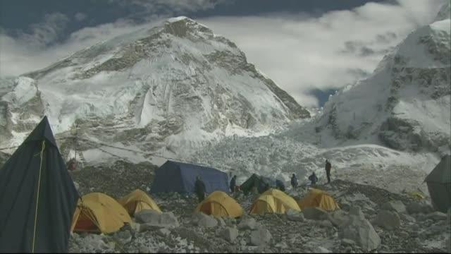 no ascents of everest in 2015 r02120907 / 2122009 yellow tents pitched at everest base camp - basläger bildbanksvideor och videomaterial från bakom kulisserna