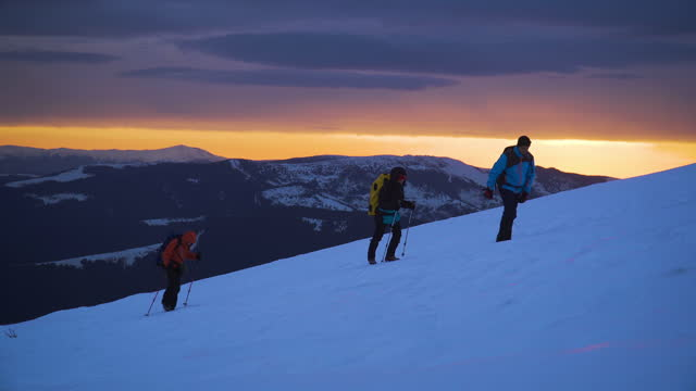 vidéos et rushes de les amis alpinistes montent la neige, vers le sommet de la montagne - endroit isolé