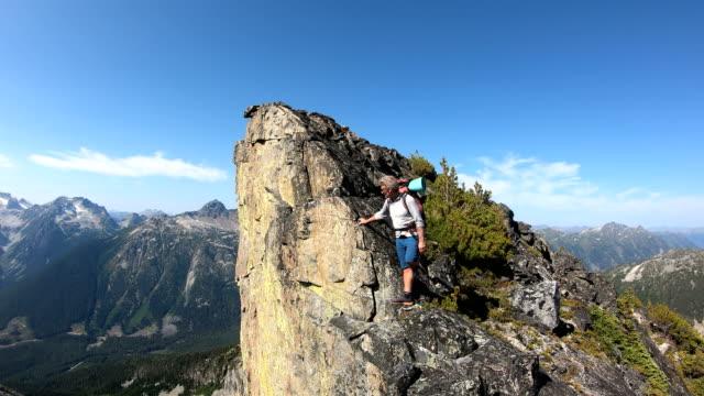 登山者は険しい棚を登る - 地形点の映像素材/bロール