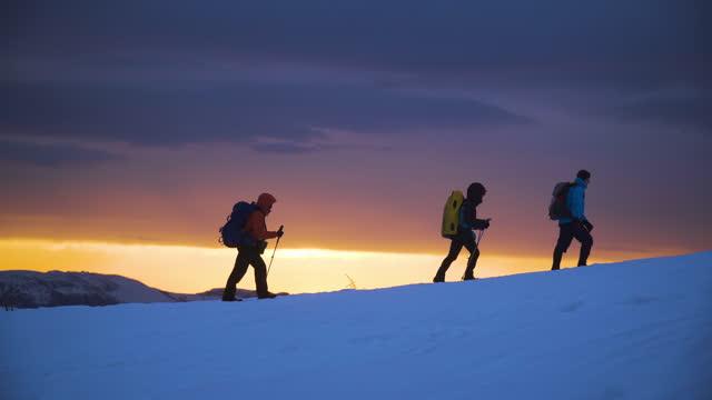 vidéos et rushes de mountaineers ascend snow towards summit - endroit isolé