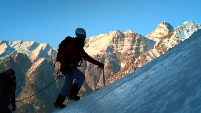LD SLO MO Bergsteiger gehen Sie die steilen verschneiten Hang