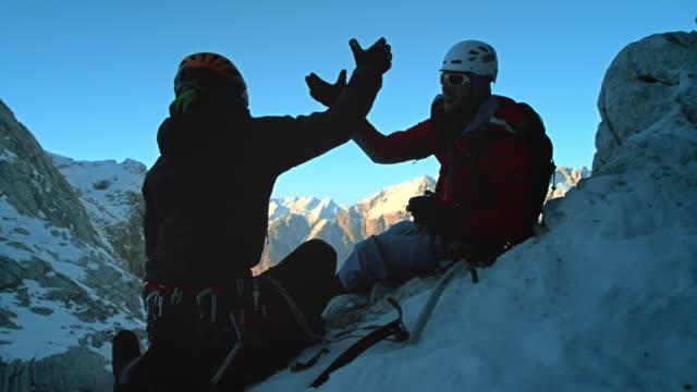 LD SLO MO Bergsteiger Sie eine Pause auf die verschneiten Pisten