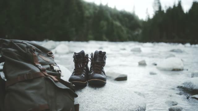 Bergachtig landschap. Close-up op wandelen laarzen en rugzak