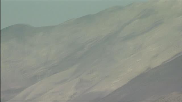 stockvideo's en b-roll-footage met ws td mountains and bulls crossing bridge / kagbeni, mustang, nepal - werkdier