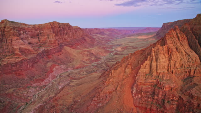 vídeos de stock e filmes b-roll de aerial mountains and cliffs of grand canyon in the light of the setting sun - grand canyon
