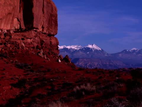 vidéos et rushes de mountains and rock formations in arches national park, moab, utah - grès