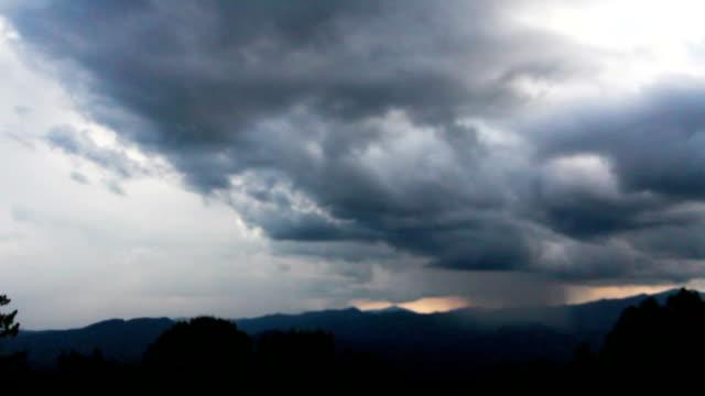 Berge, Wolken und Sturm.