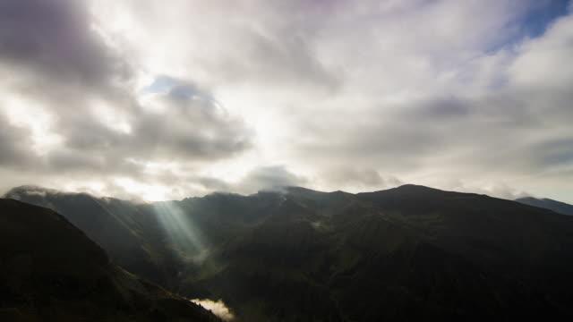 stockvideo's en b-roll-footage met mountains at sunset - transsylvanië