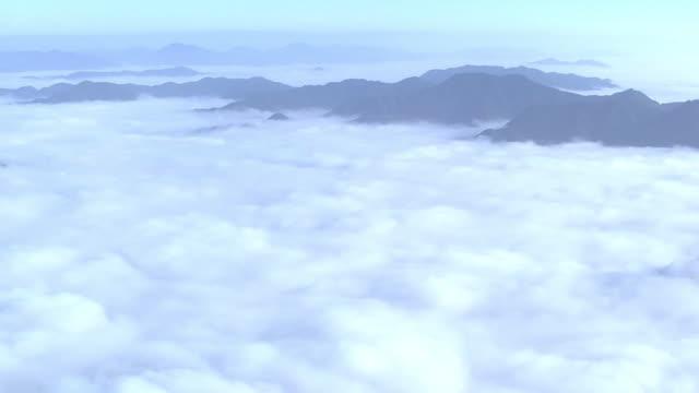 vídeos de stock e filmes b-roll de aerial, mountains in cloud sea, hyogo, japan - 1 minuto ou mais