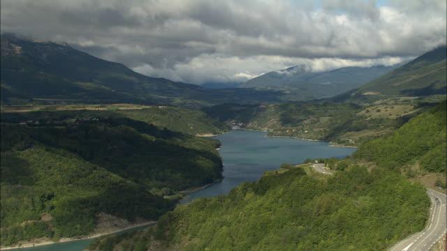 vidéos et rushes de aerial ws mountains in maritime alpes surrounding lac du sautet / isere, france - vallée