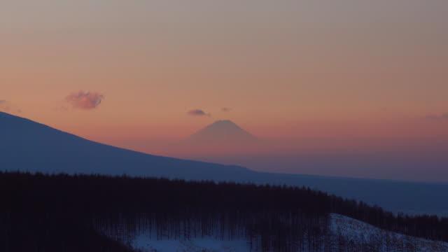 vídeos de stock, filmes e b-roll de montanhas em névoa mornig - plusphoto