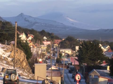 stockvideo's en b-roll-footage met mountains in the background behind a small town on the falkland islands - atlantische eilanden