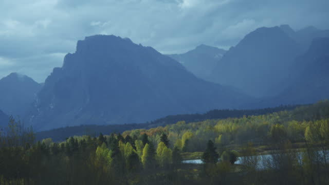 mountains in the teton range overlook oxbow bend. - グランドティトン国立公園点の映像素材/bロール