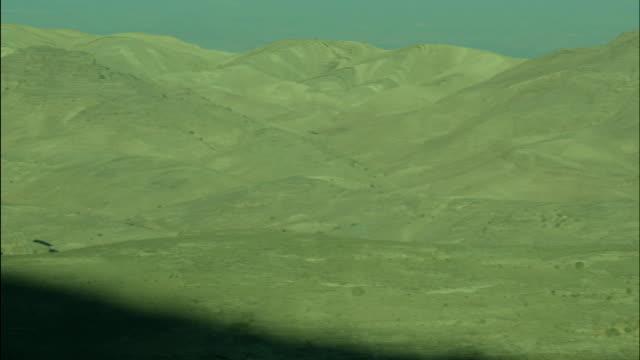 mountains near petra, pan across peaks, jordan - アラバ砂漠点の映像素材/bロール