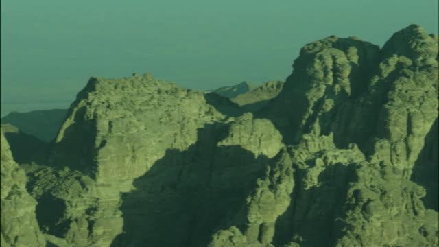 mountains near petra, pan, jordan - アラバ砂漠点の映像素材/bロール