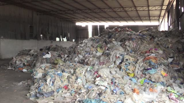 vídeos de stock, filmes e b-roll de mountains of plastic waste imported from countries around the world sit abandoned in dumpsites around jenjarom 50 kilometres southwest of kuala... - southwest usa