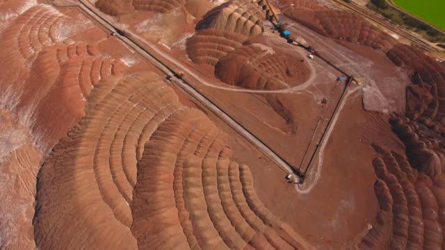 vídeos y material grabado en eventos de stock de montañas de sal de potasio. vista aérea. extracción de sal de la mina. - potasio
