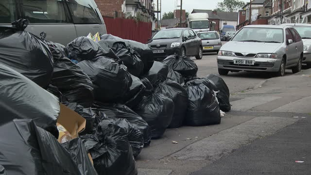 "vídeos de stock e filmes b-roll de mountains of rubbish - dubbed ""rat hotels"" - are festering on birmingham's streets, due to a long-running dispute between bin-men and the city... - lixeira"