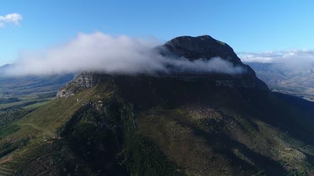 vídeos de stock, filmes e b-roll de montanhas que pico através das nuvens - província do cabo oeste