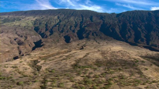 mountains rise above the island of maui, hawaii. - 谷点の映像素材/bロール