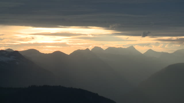 ws mountains silhouetted against sunset sky, montana, usa - stimmungsvoller himmel stock-videos und b-roll-filmmaterial