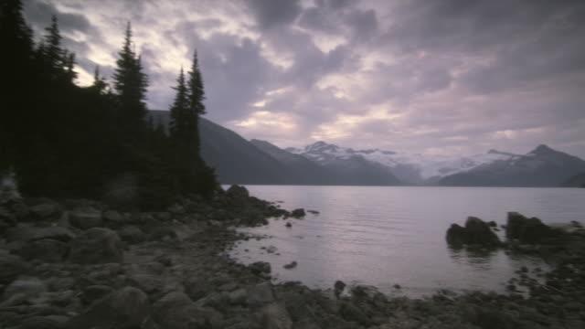 ws pan mountains surrounding garibaldi lake, garibaldi provincial park, squamish, british columbia, canada - garibaldi park stock videos & royalty-free footage