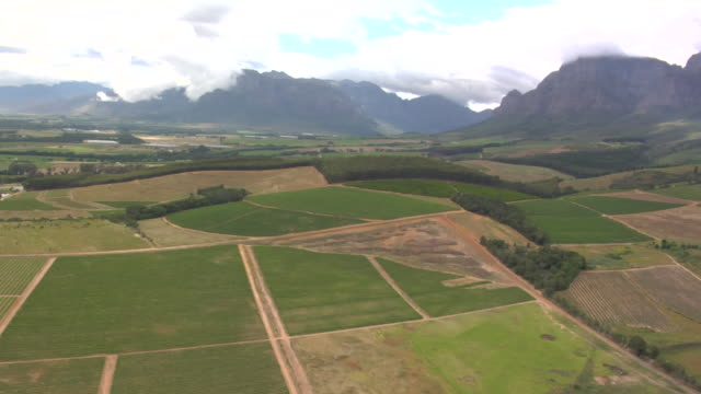 mountains tower behind a rural valley. available in hd. - paarl stock videos & royalty-free footage