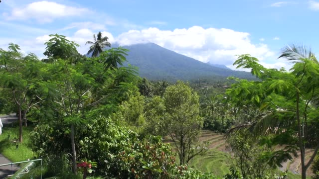 vidéos et rushes de mountains viewed from sari wisata on the road from sanda to antosari in western bali with tiered paddy fields in the foreground. - unesco