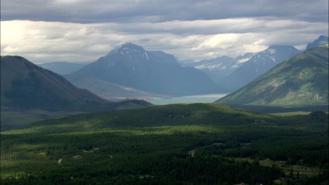 Montanhas com um céu de risco Vista aérea-Montana, Condado de Cabeça chata, Estados Unidos