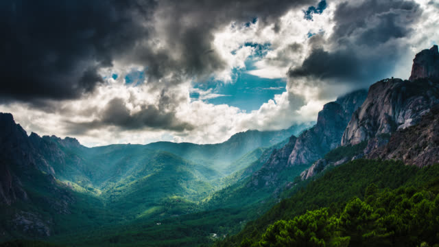 TIME LAPSE: Mountains with Sunbeams