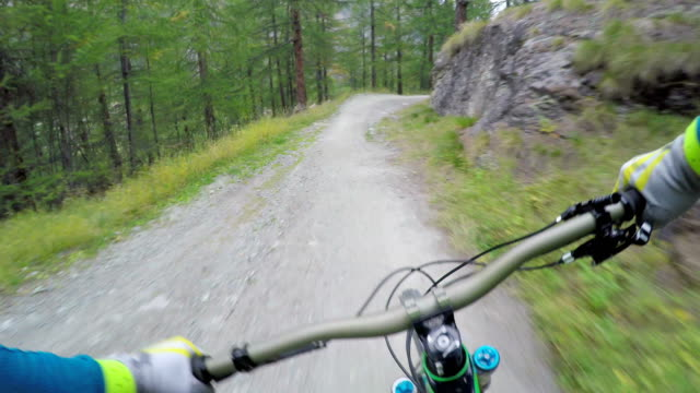 stockvideo's en b-roll-footage met mountan bikers descend slope with iconic mountain in distance - grind