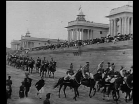 vidéos et rushes de mounted indian soldiers ride past ext rashtrapati bhavan on india's first day as a republic / crowds on streets / new indian president rajendra... - indépendance