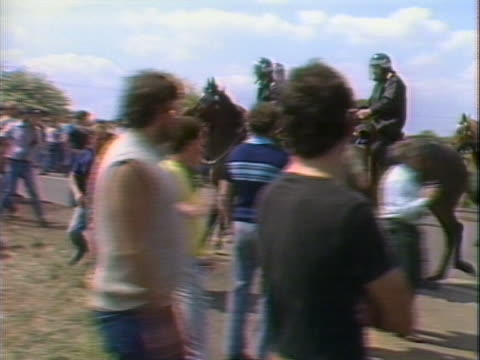 mounted police charge picket lines outside the orgreave coking plant in yorkshire - streikposten stock-videos und b-roll-filmmaterial