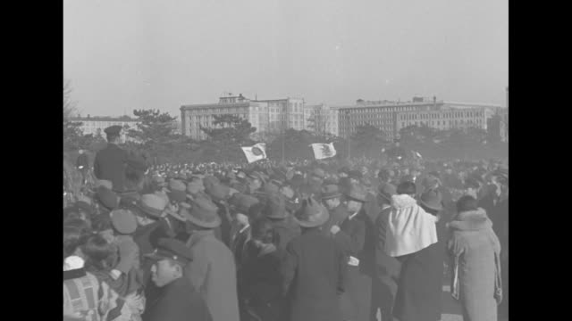 mounted police in midst of tokyo crowd with hundreds of people in field with buildings in far distance / marching band wearing dark uniforms with... - 1930~1939年点の映像素材/bロール