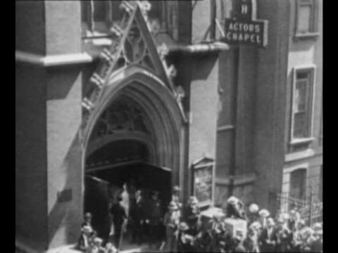 mounted police officer and crowds at chaos near funeral parlor where rudolph valentino's body lies rain falls / montage valentino's brother alberto... - falls church stock-videos und b-roll-filmmaterial