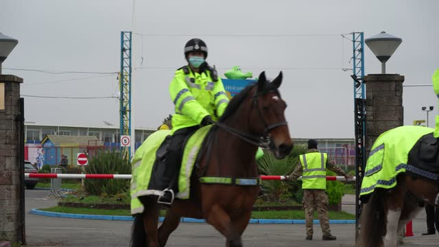 mounted police officers leave pontins holiday camp to exercise their horses as members of the military arrive at pontins by ainsdale beach to set up... - southport england stock-videos und b-roll-filmmaterial
