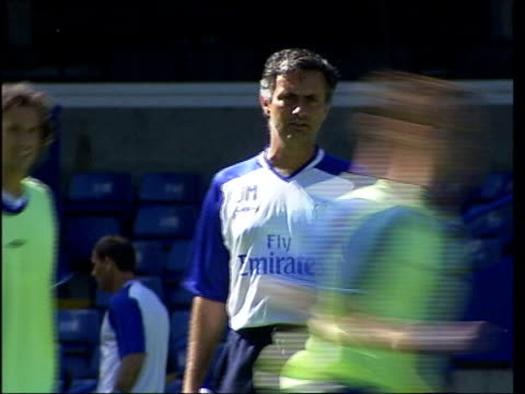 mourinho admits to misusing the word 'cheat' date london ext jose mourinho at training - ジョゼ・モウリーニョ点の映像素材/bロール